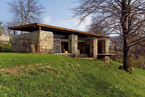 (Na obrázku rodinný dom sateliérom vKojetíne od architektonickej kancelárie Kamil Mrva Architects. foto: Salón dřevostaveb 2010)