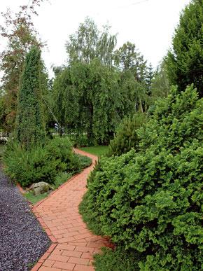 Tehlová záhradná dlažba patrí k najkrajším a najodolnejším materiálom, aké môžete v okrasnej záhrade použiť.  FOTO: Lantana