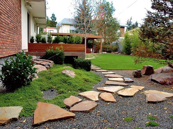 Táto kamenná kompozícia je vytvorená zo sivomodrého andezitového štrku anášľapných platní zandezitu hrdzavej farby. Odtieň kamenných platní ladí stehlovým obkladom na dome aj skvetináčom vyrobeným zodolnej tropickej dreviny. Pod štrkom je mulčovacia plachta, ktorá zabraňuje rastu buriny, okolie dekorujú rastliny pokrývajúce pôdu, rododendrony abuxusy.