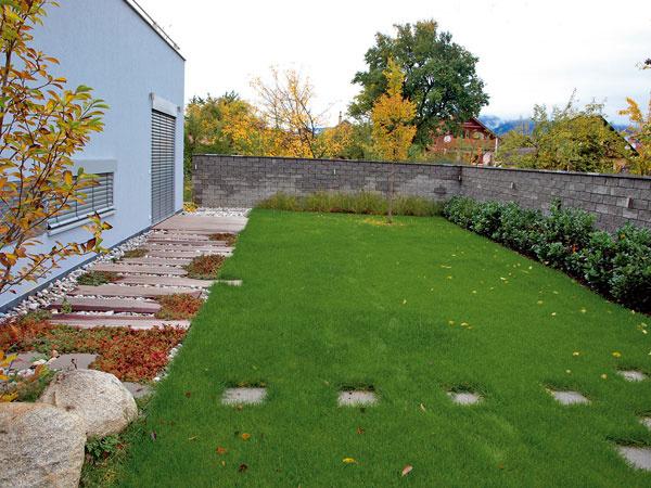 Tento chodník je vytvorený zbetónovej zámkovej dlažby rôznych odtieňov (béžovej, hnedej asivej) atvarov (obdĺžniky aštvorce). FOTO: Lantana