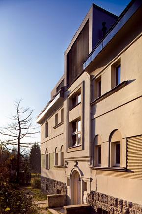 Trojpodlažný podkrovný byt splochou 172 m2 vrástol do strechy nájomného domu vLiberci.