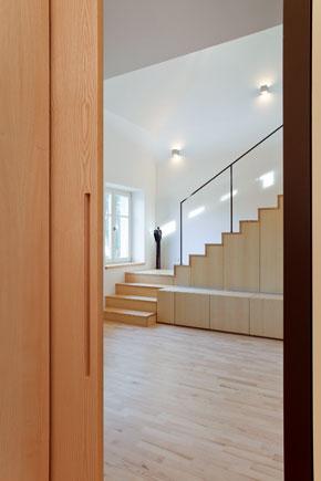 Pohľad cez pootvorené posuvné dvere znočnej časti vyhradenej pre deti do vstupnej haly