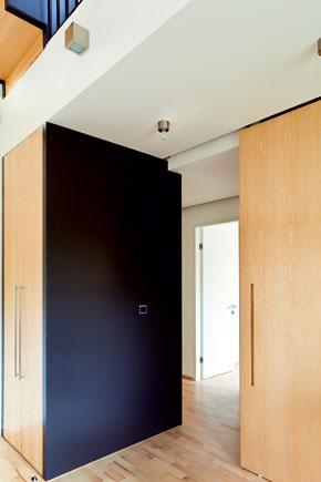Čierna plocha sa objavuje na častiach zariadenia vprimeranej miere, vytvára geometrické akcenty; majú tu dostatok denného svetla. Cez posuvné dvere sa prechádza kdetským izbám.