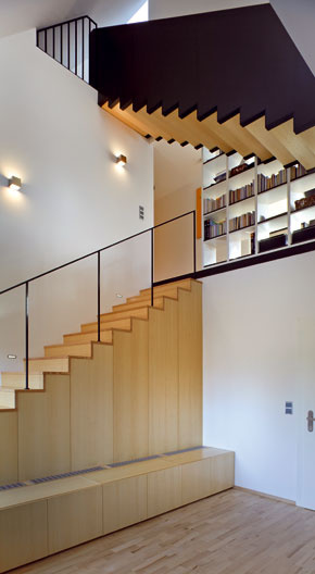 Schodisko má síce jednotný štýl, ale jeho atraktivitu zvyšuje architektonické riešenie, ktoré mení typy zábradlia apovrchové úpravy schodiskových ramien.