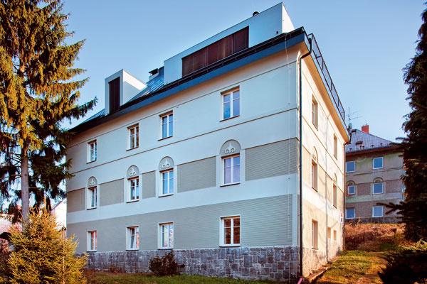 """Obnovy sa dočkala aj fasáda domu: """"Novo bolo navrhnuté plastické členenie fasády, vymenili sa pôvodné okná za drevené tak, aby celý objekt mal rovnaký výraz."""" Tu sú dva pohľady na rovnaké priečelie domu pred apo prestavbe bytu."""