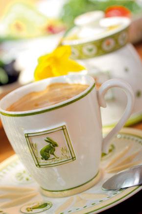Kávová šálka Farmers Breakfast stanierikom, cena 27,90 €. Malá lyžička Arthur, cena 166,80/30 ks. Cukornička Farmers Spring, cena 21,10 €. Predáva Villeroy & Boch, Atrium.