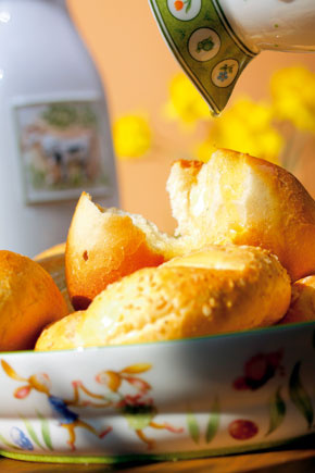 Porcelánová misa Spring Decor, cena 25,90 €. Karafa na mlieko Farmers Breakfast, cena 35,70 €. Predáva Villeroy & Boch, Atrium.