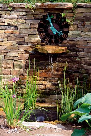 Pri plánovaní záhrady môžete porozmýšľať aj nad začlenením nejakého zaujímavého prvku. Môžu ním byť napríklad záhradné hodiny.