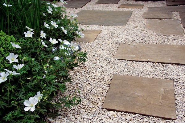 Pri zakladaní záhrady je dôležité venovať pozornosť ako výberu materiálov na vydláždenie terás achodníkov, tak aj ich okoliu.