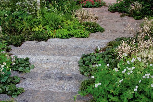 Pri budovaní chodníkov zohľadnite štýl záhrady aj charakter prostredia, vktorom sa nachádza.