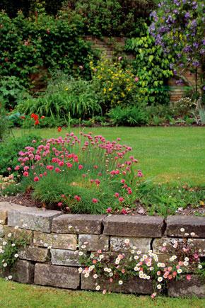Ak je terén na mieste budúcej záhrady svahovitý, máte príležitosť zaujímavo to využiť.
