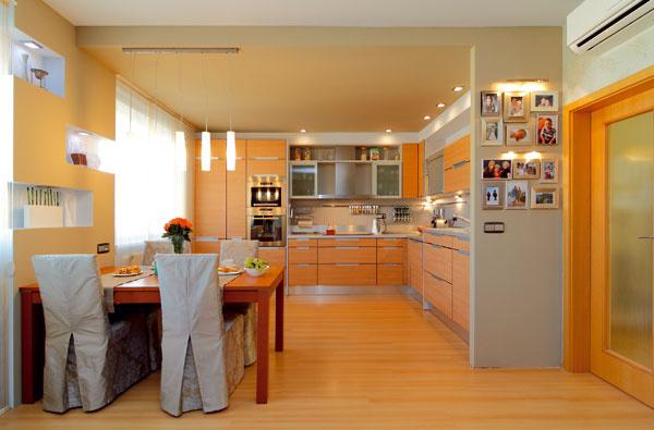 Znížený farebný strop je nápad pána domáceho. Afungoval presne tak, ako mal vúmysle – pomohol opticky oddeliť kuchyňu od obývačky.