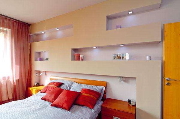 Mladý pár sa rozhodol vybudovať vzáhlaví postele niky doplnené osvetlením. Zároveň sa za sadrokartón skryli rozvody potrebné na klimatizáciu.