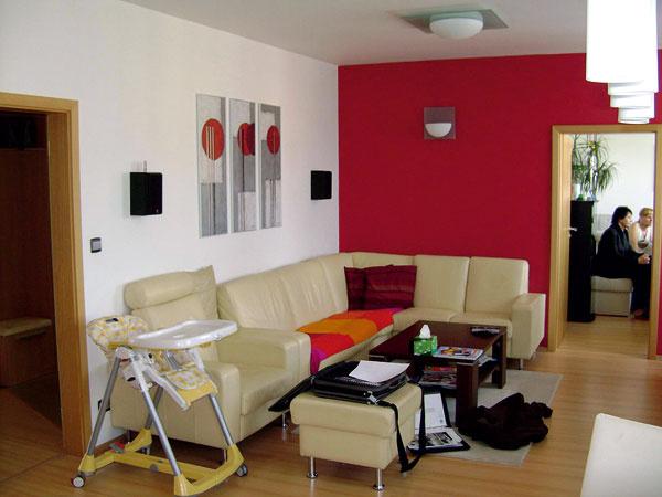 Nábytok zostal na svojom mieste, úlohou dizajnérky bolo doladiť farby tak, aby do interiéru vniesli inú atmosféru. Pred zmenou