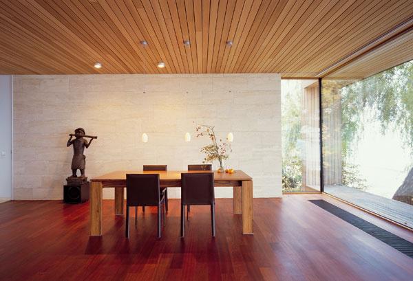 Pre americké interiéry, ktorými sa architekt inšpiroval, je charakteristický aj mimoriadne riedko rozmiestený nábytok.