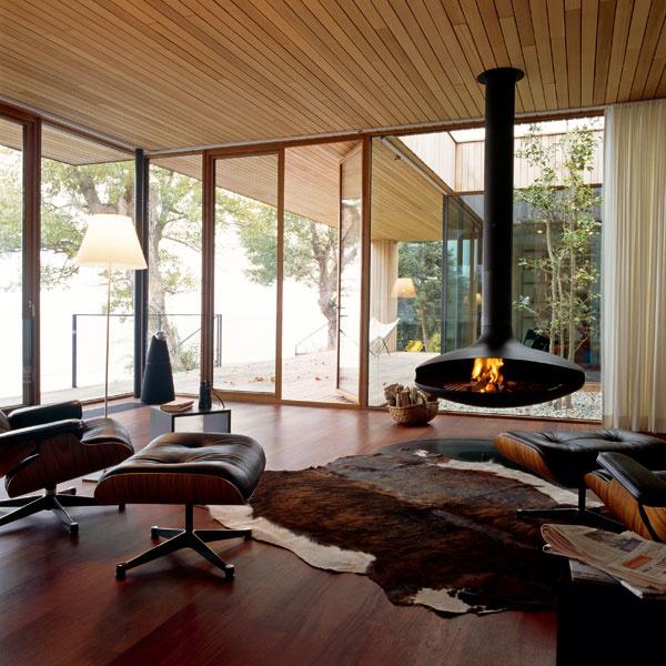V architektovom zámere priblížiť sa kalifornskej rezidenčnej architektúre druhej štvrtiny minulého storočia je nábytok od manželov Eamesovcov (tzv. väčší variant Lounge Chair s podnožkou, Vitra, 1956) dôležitou pointou