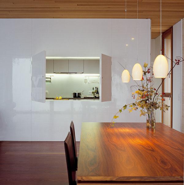 Lakovanú nábytkovú stenu, ktorá oddeľuje kuchyňu od obývacej izby, navrhol – tak ako aj niektoré ďalšie kusy nábytku – architekt.
