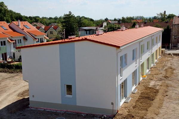 Šikmé strechy s nízkym sklonom sú náročné na precízne zhotovenie detailov a preveria kvalitu pokrývačskej firmy. (foto: Bramac)