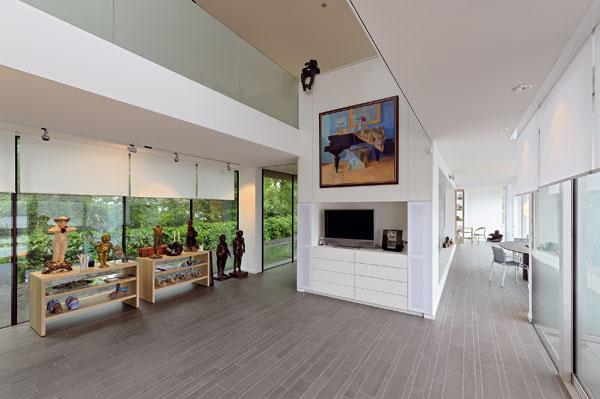 V strednej časti domu je respírium, cez ktoré sa filtruje svetlo prúdiace do galérie na poschodí.