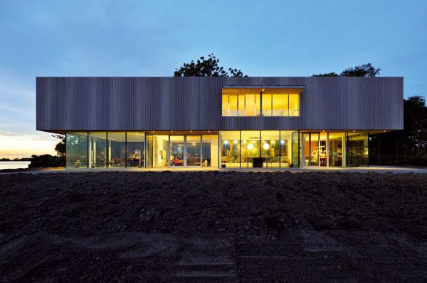 Prízemie sa architektovi podarilo dokonale odľahčiť, ponúka sa až slovo odhmotniť.