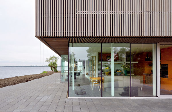 Elegantne riešený vystupujúci priestor ohraničený sklenými stenami prispel ku komfortu jedálenskej zóny, ktorá má až charakter salóna.