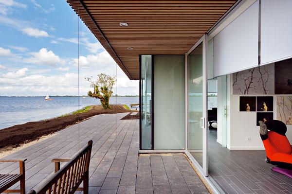 Najväčší presah má prvé poschodie nad respíriom galerijnej časti, čo zabezpečuje dielam potrebné osvetlenie.