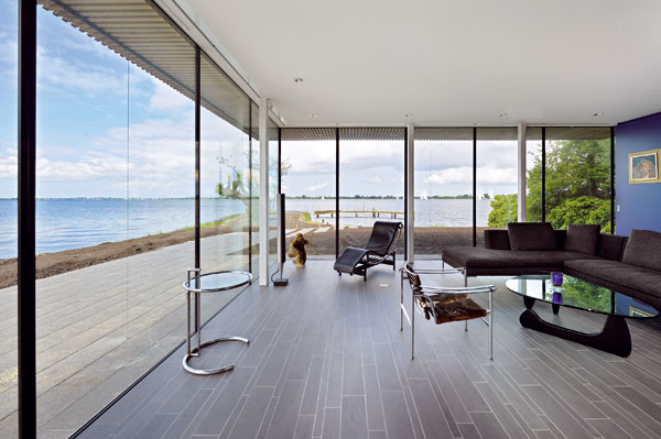 """Medzi sklenými stenami vládne klasika – atmosféru vytvára nábytok od  Le Corbusiera, Pierra Jeannereta a Charlotte Perriandovej: jednak """"skutočný stroj na odpočívanie"""", ako charakterizovali autori svoje odpočívacie kreslo LC4, jednak takzvané Sling Chair alebo LC 1 (1928, 1965, Cassina)."""