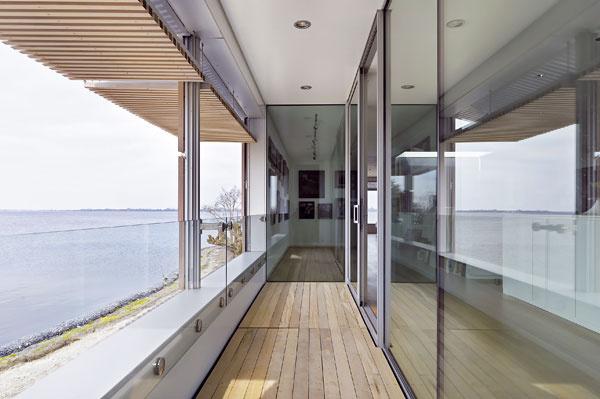 Lodžiu ohraničenú sklenými stenami nevnímame ako vonkajší priestor, ale ako súčasť interiéru, má charakter zimnej záhrady.