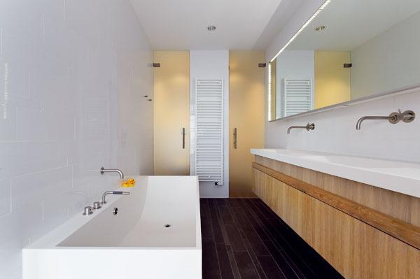 V kúpeľni použil architekt na podlahu rovnaké dlaždice ako na prízemí.