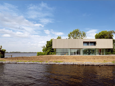 Vila na brehu jazier Westeinderplassen v Holandsku