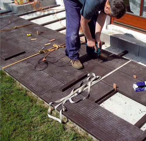 Montáž terasových dosiek Traplast je naozaj jednoduchá.