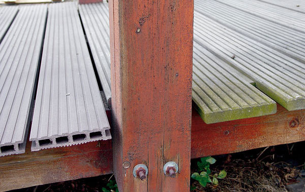 Porovnanie vzhľadu umelých (vpredu) a drevených (vzadu) dosiek na jednom mostíku – vľavo drevoplast (dosky Grenadeck, namontované dosť nedbanlivo – bez okrajového zakončenia), vpravo drevo (zrejme zle ošetrené, už so zelenou riasou).