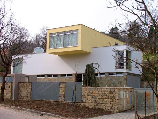 Aj vtomto prípade nechal majiteľ architekta dotiahnuť prácu do konca. Či už potrebujete drobnostavbu na pozemku na akýkoľvek účel – či na ukrytie kontajnerov, alebo záhradného náradia akosačky, alebo na prekrytie dreva do kozuba, nechajte na architekta, aby ich kompozične atvarovo začlenil do riešenia domu ajeho okolia. foto: Rik
