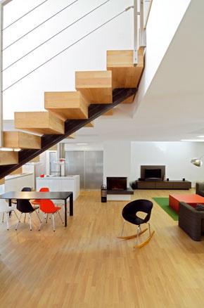 Striedmosť, triezvy prístup, prírodné materiály, elegancia jednoduchosti a ohľaduplnosť ku krajine, z ktorej vyrastá architektúra domov, sú poznávacou značkou Kamila Mrvu.