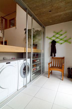 Priestor pod schodiskovou podestou je dokonale využitý. V dome sa posúvajú aj dvere na šatníkových a ostatných vstavaných skriniach, ktoré sa robili na mieru.