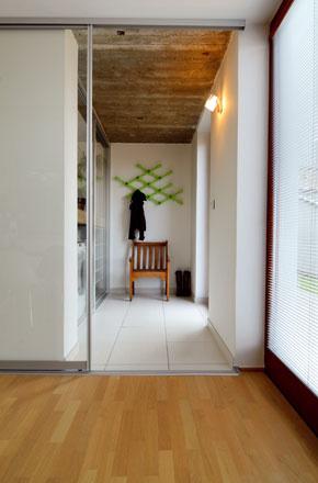 Priehľadné alebo matované posuvné dvere? Vyhrali tie prvé; súčasné spotrebiče majú pekný dizajn a aj topánky domácej panej stoja za pohľad!