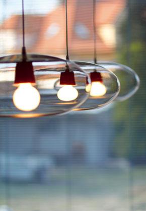 Červené objímky žiaroviek sa ako v mydlových bublinách usídlili v troch svietidlách Fly, vzorne zoradených priamo nad jedálenským stolom.