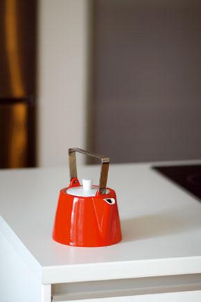 Čajník na červeno patrí k doplnkom verným farebnej koncepcii interiéru.