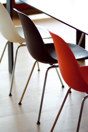 Polypropylénová škrupina sedadiel stoličiek DSX od manželského návrhárskeho páru Charlesa a Ray Eamesovcov stojí na pochrómovaných kovových nôžkach od roku 1950.