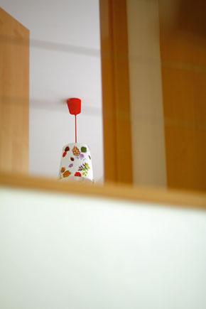 Červený akcent svietidla na poschodí