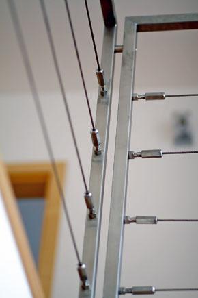 Kovové ťahadlá zvýšili bezpečnosť zábradlia na poschodí.