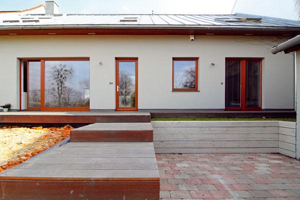Terén sa tu ešte len tvaruje, zemina navršuje až pod okraj terasy, ukladajú sa schody, ktoré prepoja viac úrovní svažitej záhrady, a čaká sa aj na nové nadstrešie – všetko podľa návrhu ateliéru Kamil Mrva Architects.