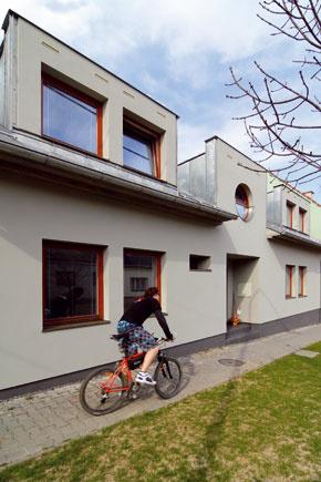 Pod vonkajšie proporcie domu sa podpísala architektonická kancelária Architráv z Nového Jičína a predpisy stavebného úradu mesta