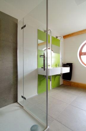 Vikier s pultovou strieškou a okrúhlym oknom vytvoril dostatok priestoru na zelenú kúpeľňu.