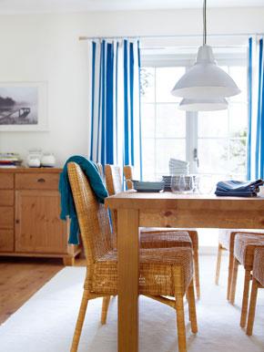 Rozkladací stôl Stornas zmasívnej borovice, Stohovateľné stoličky Harola zrotangu alebo bambusu, ošetrené priehľadným akrylovým lakom
