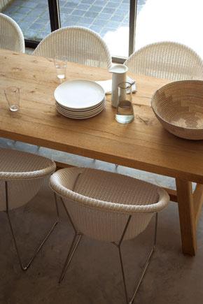 Stoličky Joe od firmy Vincent Sheppard zmateriálu Loyd Loom – oceľové vlákno, ručne obaľované prírodným vláknom zpapiera.