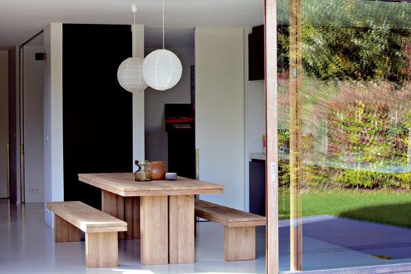 Stôl alavice Teak Double od firmy Ethnicraft, vyrábajú sa ztíku, duba alebo orecha.