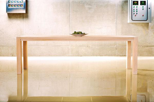 Masívny dubový stôl Solid ST240 vo vyhotovení bielený dub má rozmery 240 × 100 × 76 cm.