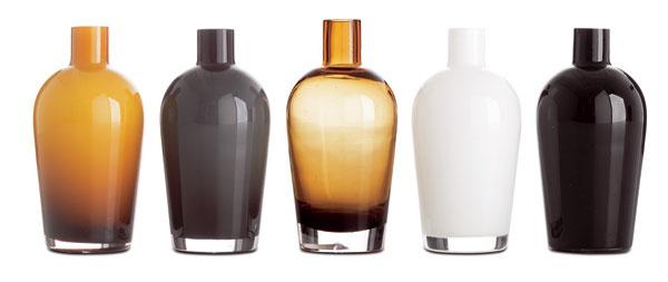 Vázy zfarebného skla. Cena 8 €/ks. Predáva BoConcept.