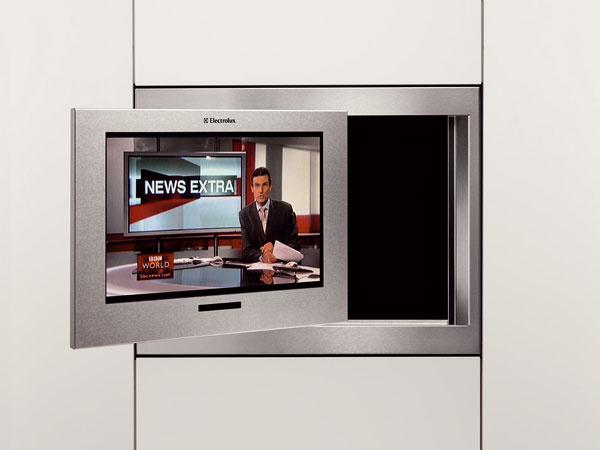 Zabudovateľný televízor Electrolux ETV45000X s 19? LCD obrazovkou môžete vďaka možnosti otáčania až o 170° sledovať z akéhokoľvek miesta v kuchyni.